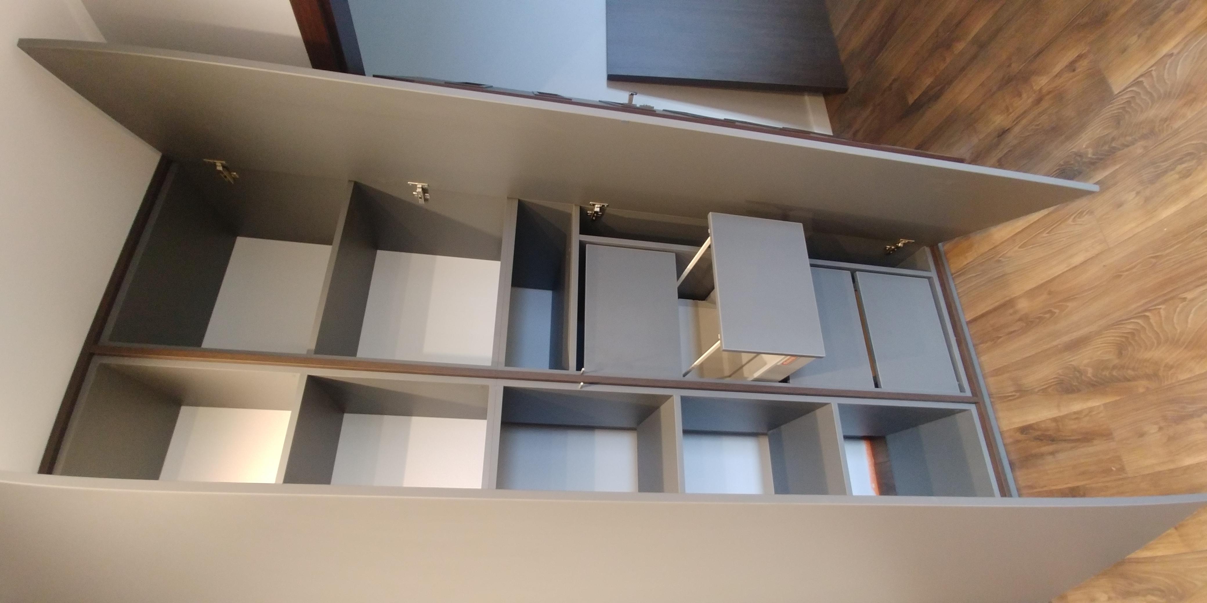 Środek szafy tradycyjnie otwieranej