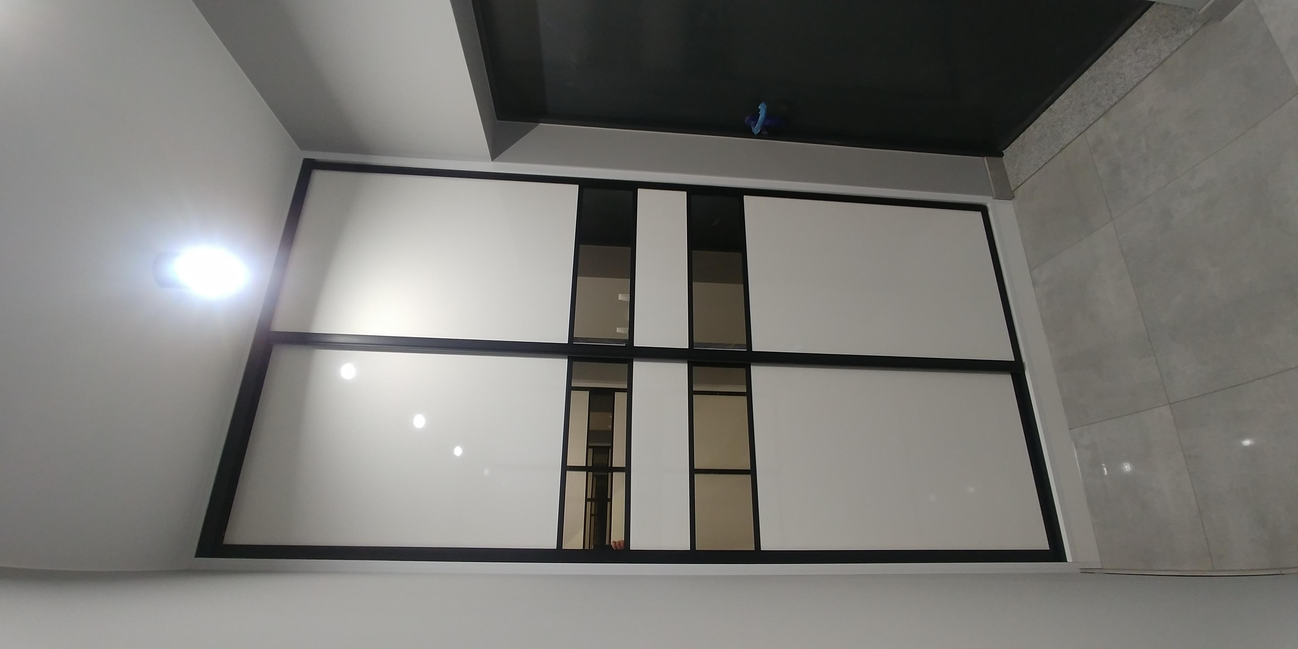 Drzwi przesuwne - biała płyta w połączeniu z czarnymi ramkami i lustrem