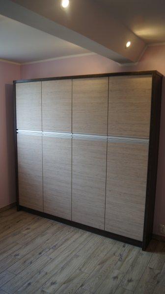 Szafa wolnostojąca z drzwiami tradycyjnie otwieranymi