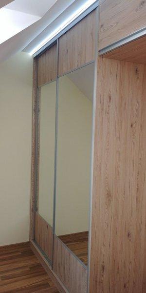 Szafa z drzwiami przesuwnymi - połączenie lustra z płytą
