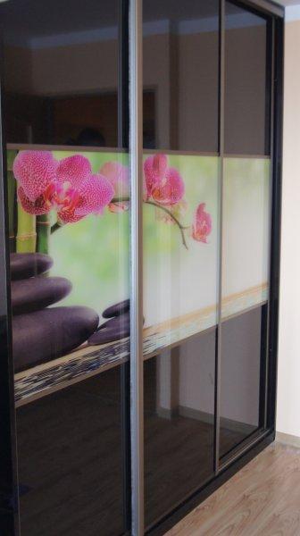 Drzwi przesuwne czarne szkło w połączeniu z szkłem dekoracyjnym