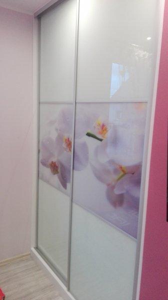 Drzwi przesuwne białe szkło w połączeniu z szkłem dekoracyjnym